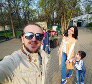 Денис Дорохов с женой и ребенком