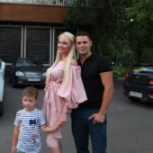 Сергей Пынзарь с женой Дарьей и сыном