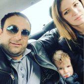 Тимур Тания с женой и ребенком