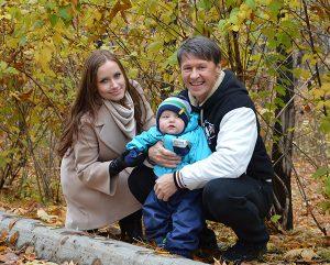 Сергей Исаев с женой и детьми