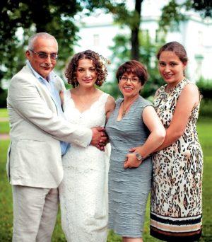Александр Друзь с женой и дочками