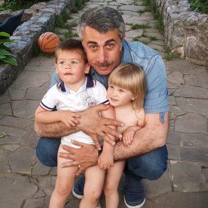 Жоктор Комаровский с внуками